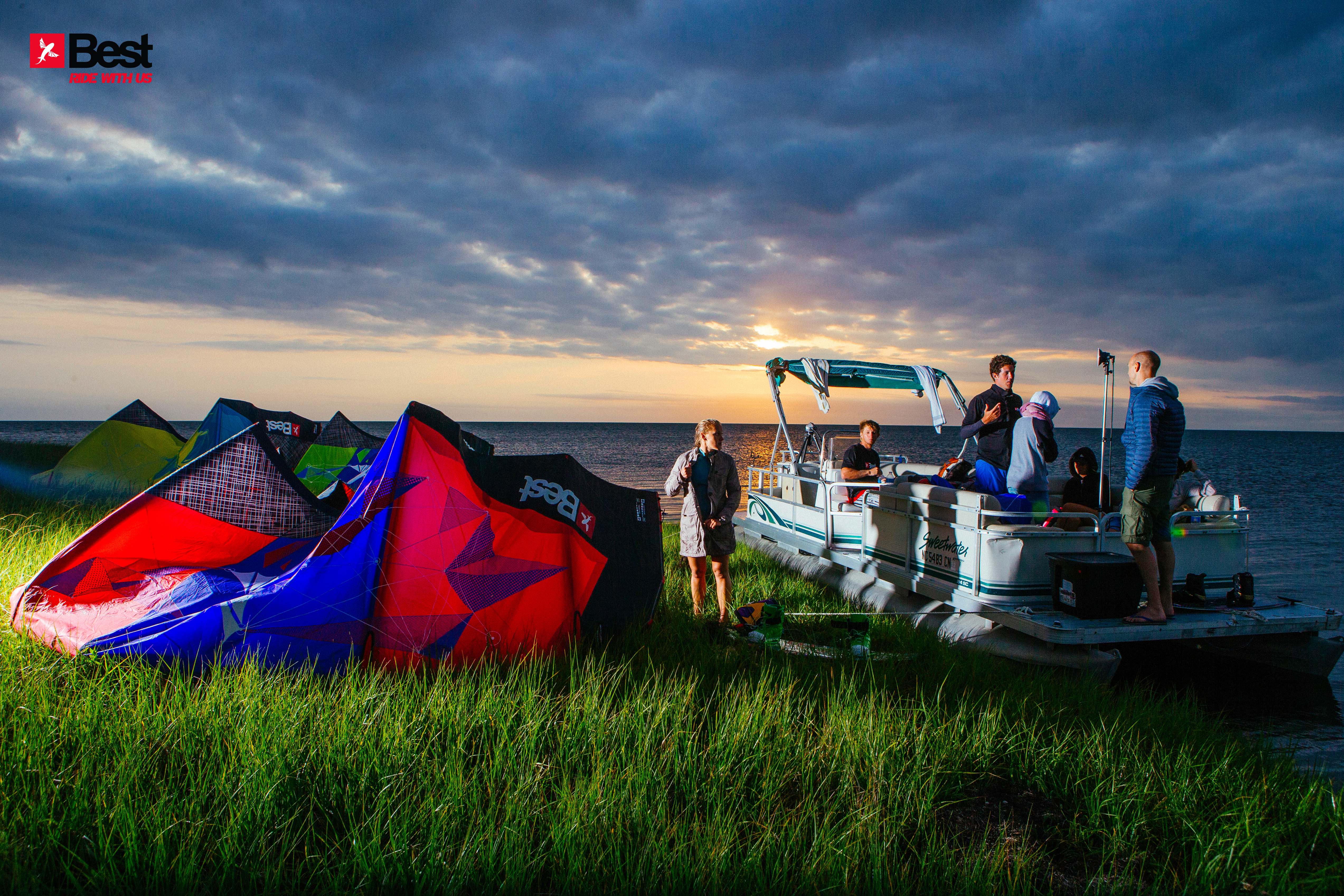 kitesurf wallpaper image - The Best kiteboarding crew chilling out at Cape Hatteras after a day on the water - in resolution: Original 5091 X 3394