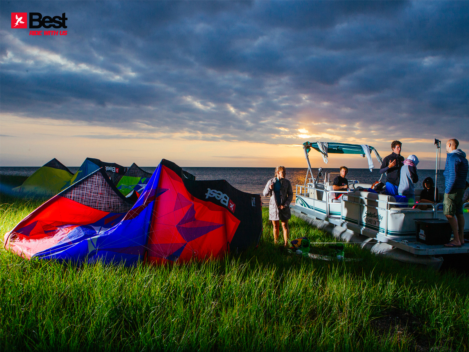 kitesurf wallpaper image - The Best kiteboarding crew chilling out at Cape Hatteras after a day on the water - in resolution: Standard 4:3 1600 X 1200