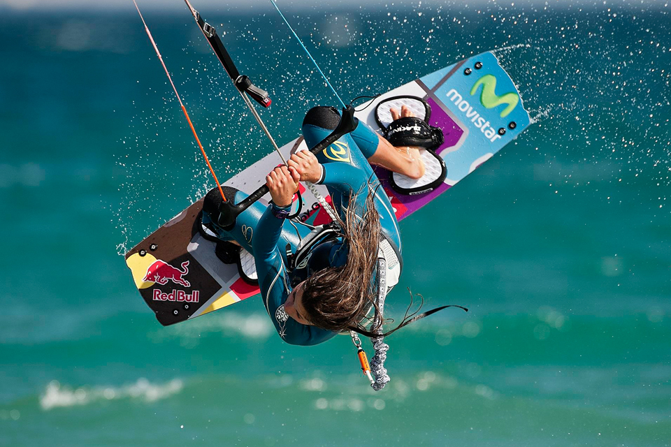 kitesurf wallpaper image - Gisela Pulido giving it all during contest - in resolution: iPhone 960 X 640