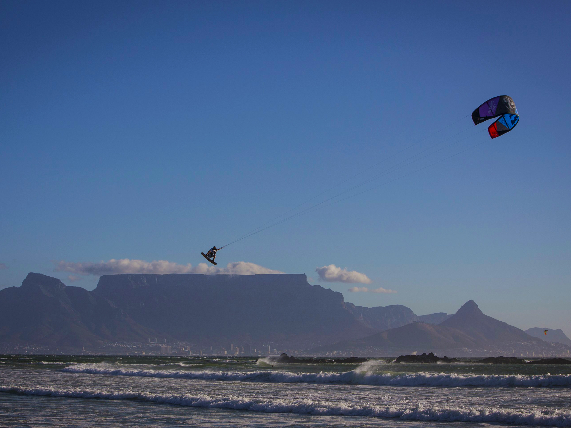 kitesurf wallpaper image - Ruben Lenten megaloop at the Red Bull King of the Air on the Best Extract kite - flying above table mountain    - in resolution: Standard 4:3 1920 X 1440