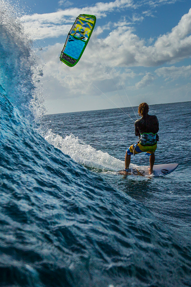 kitesurf wallpaper image - Alberto Rondina at Le Morne Mauritius - surfing a nice tropical wave. - in resolution: iPhone 640 X 960