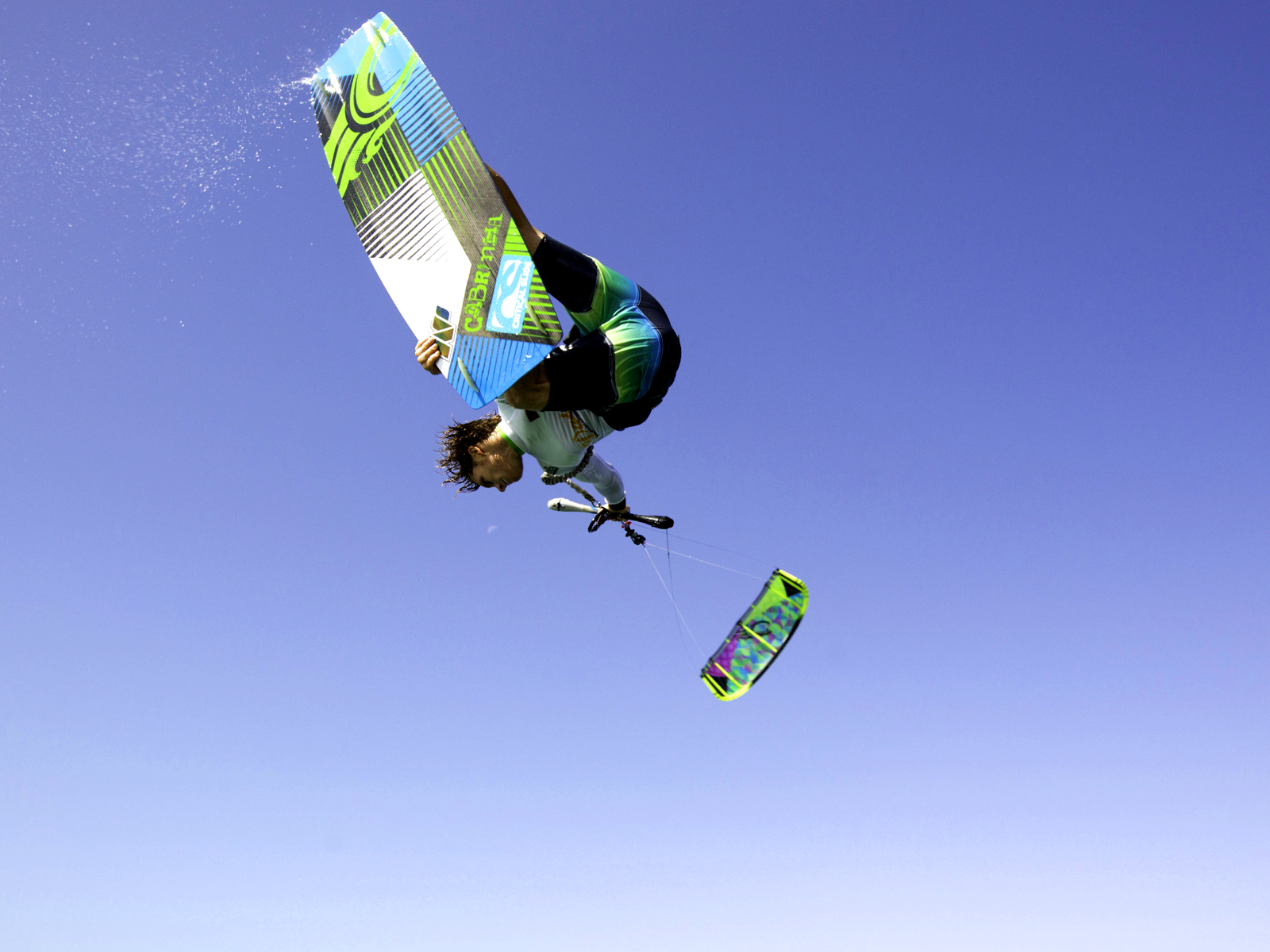 kitesurf wallpaper image - The Cabrinha Chaos kite in action - board grab kitesurfing - in resolution: Standard 4:3 1600 X 1200