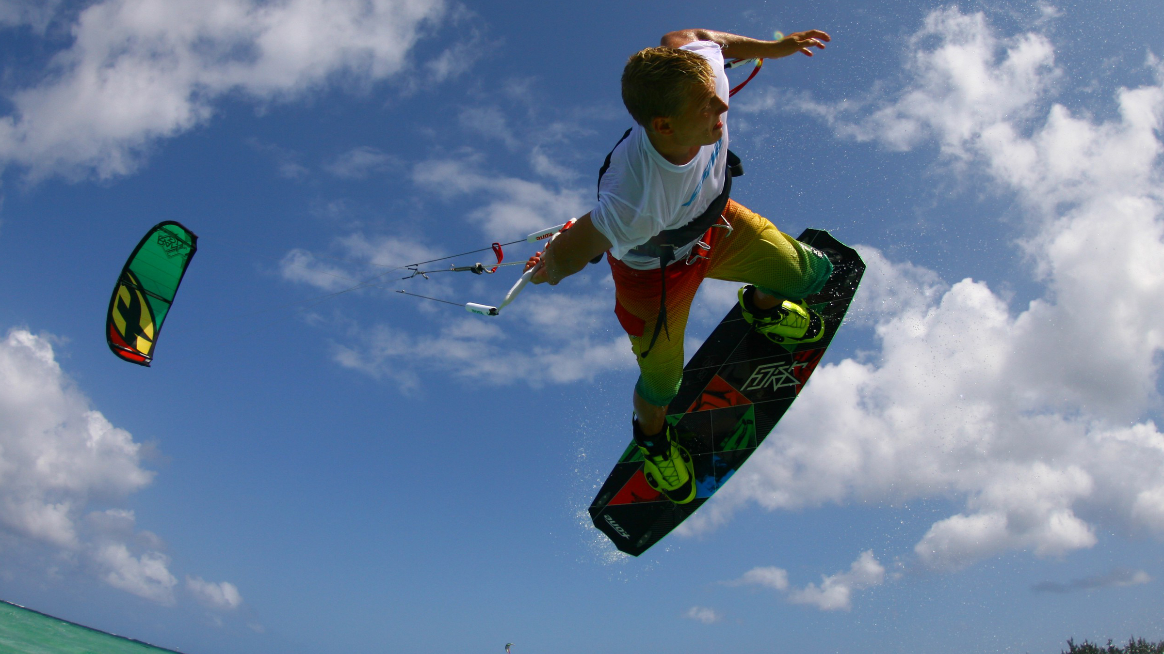 kitesurf wallpaper image - Antoine Fermon passing the bar low - in resolution: High Definition - HD 16:9 2400 X 1350