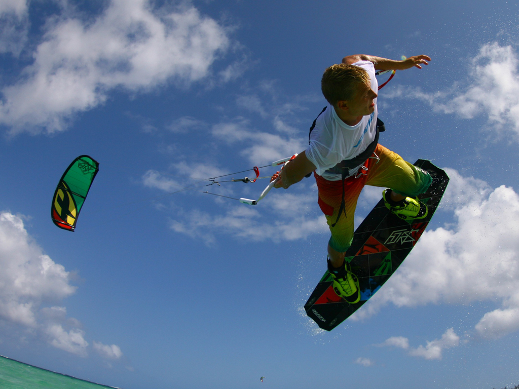 kitesurf wallpaper image - Antoine Fermon passing the bar low - in resolution: iPad 1 1024 X 768