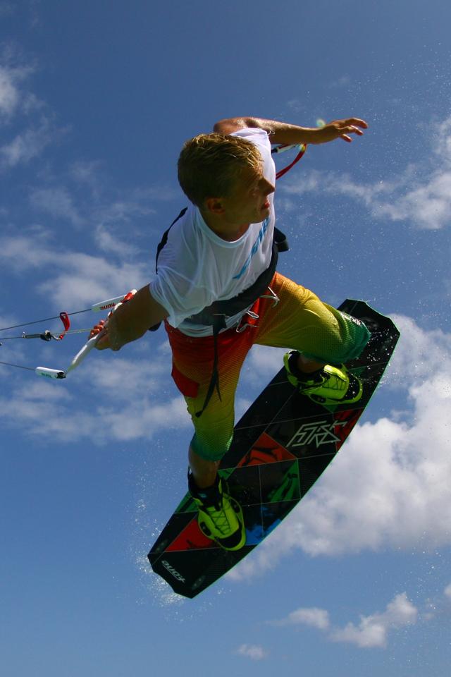 kitesurf wallpaper image - Antoine Fermon passing the bar low - in resolution: iPhone 640 X 960