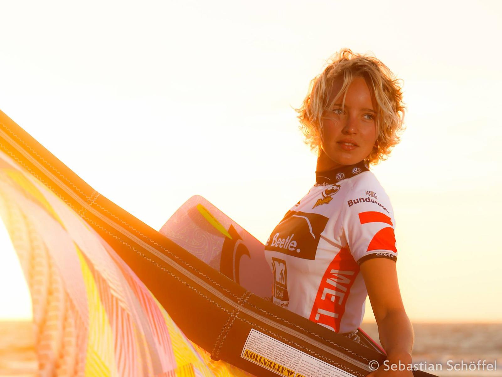 kitesurf wallpaper image - Annabel van Westerop sunset with kite - in resolution: Standard 4:3 1600 X 1200