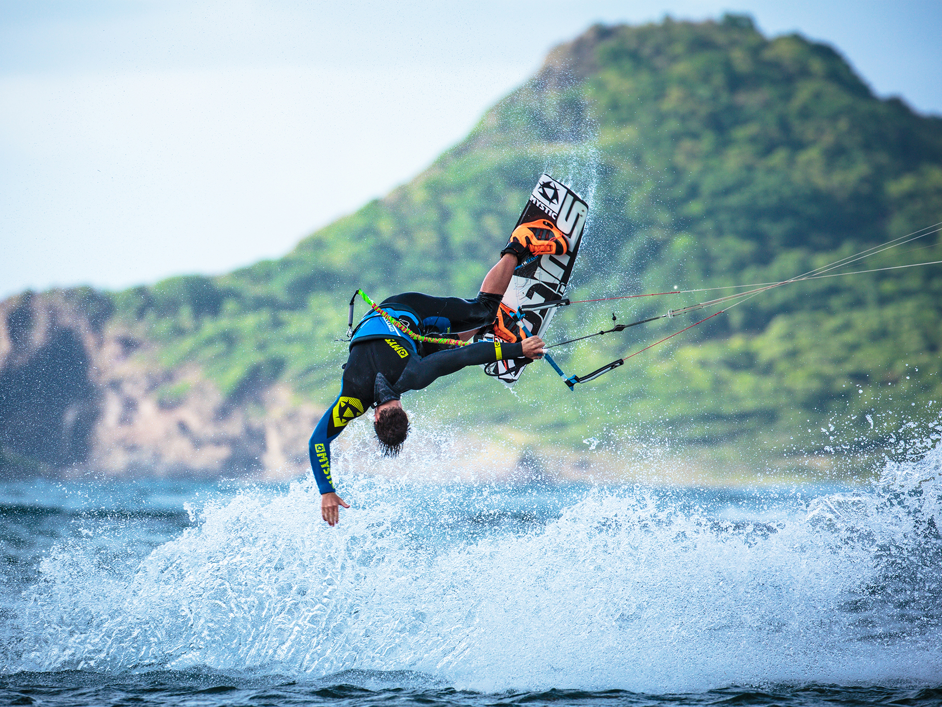 kitesurf wallpaper image - Kiteboarder Marc Jacobs showing off an incredible low mobe - in resolution: Standard 4:3 1920 X 1440