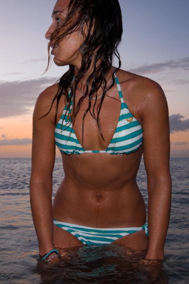 kitesurf wallpaper image - Angela Peral relaxing in the water in bikini - in resolution: iPhone 640 X 960