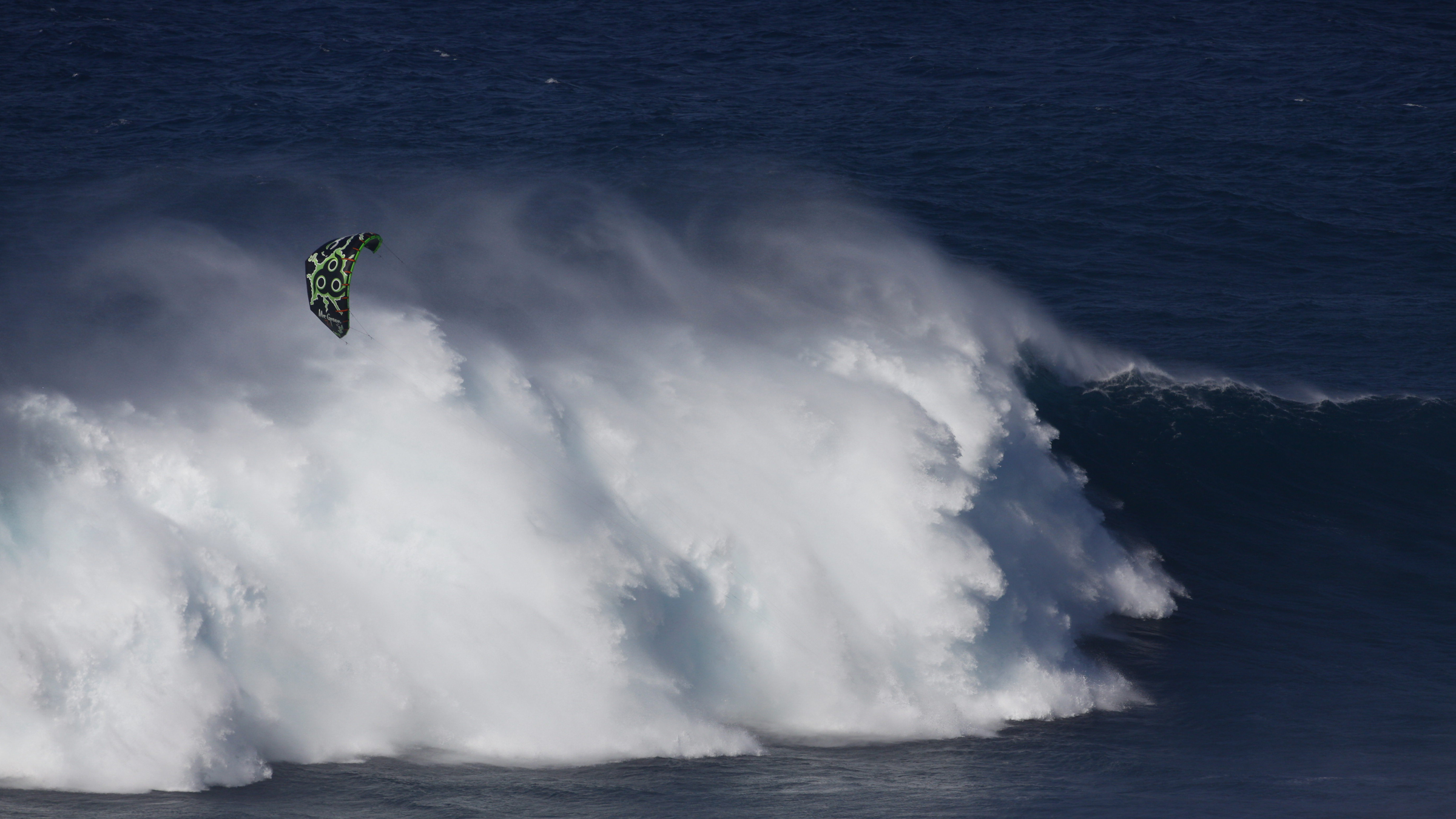 kitesurf wallpaper image - Niccolo Porcella in the grinder on a huge day at Jaws with his Wainman Hawaii Rabbit kite - in resolution: High Definition - HD 16:9 2400 X 1350