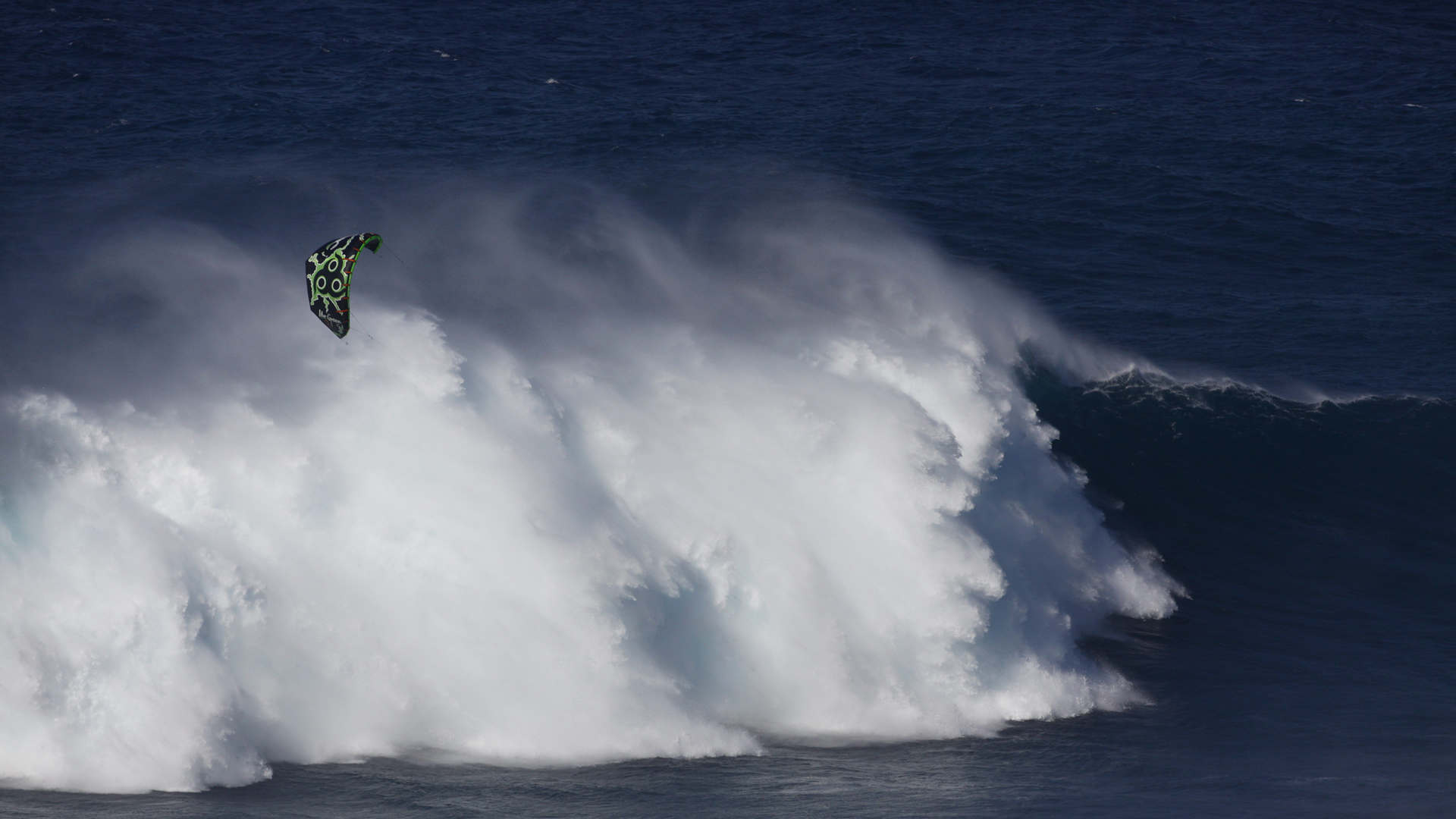 kitesurf wallpaper image - Niccolo Porcella in the grinder on a huge day at Jaws with his Wainman Hawaii Rabbit kite - in resolution: High Definition - HD 16:9 1920 X 1080