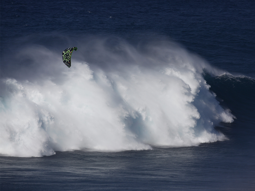 kitesurf wallpaper image - Niccolo Porcella in the grinder on a huge day at Jaws with his Wainman Hawaii Rabbit kite - in resolution: iPad 1 1024 X 768